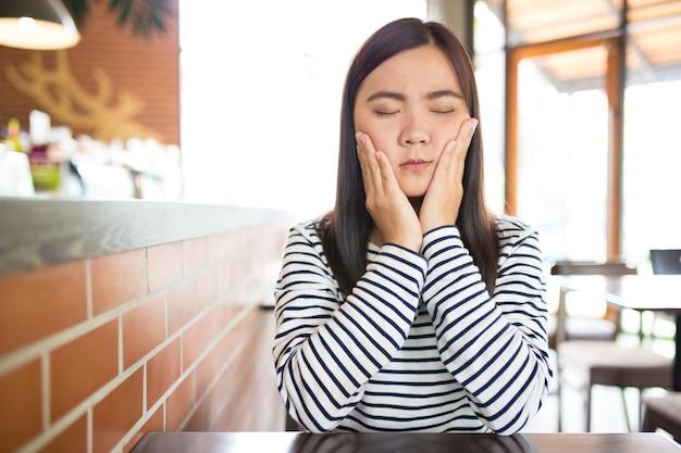 La donna ha mal di denti