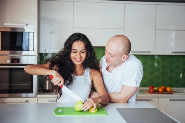 La donna ha tagliato insieme le verdure nella cucina.