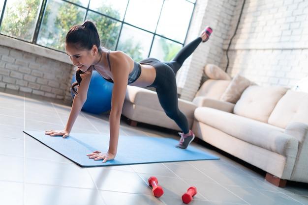 La donna in buona salute si esercita a casa