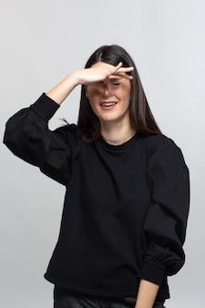 La donna in maglione nero chiude il naso