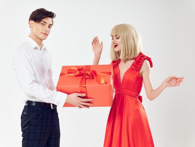 La donna in un bel vestito con un uomo abbraccia una coppia di vacanza, belle persone