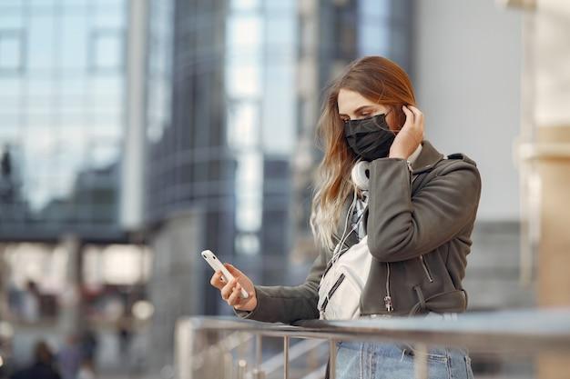 La donna in una maschera si trova sulla strada