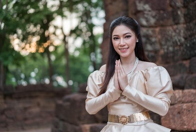 La donna in vestito tradizionale tailandese è paga rispetto