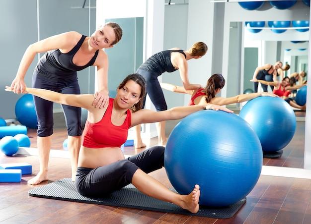 La donna incinta pilates ha visto l'allenamento di esercizio