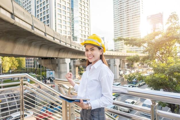 La donna ingegneristica lavora in città all'aperto