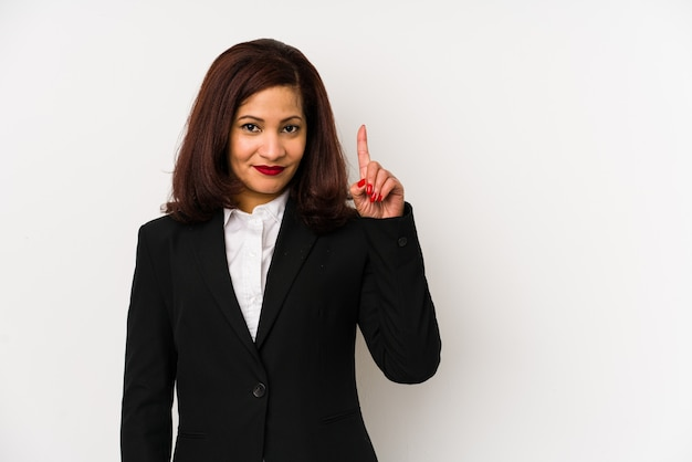 La donna latina di affari di medio evo ha isolato la mostra del numero uno con il dito.