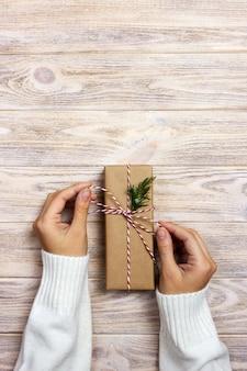 La donna lega l'arco classico per il regalo