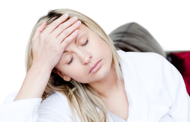 La donna malata ha mal di testa