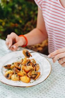 La donna mangia patate fritte. la donna mangia fritto e patate