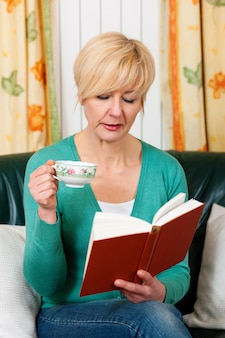 La donna matura sta leggendo un libro