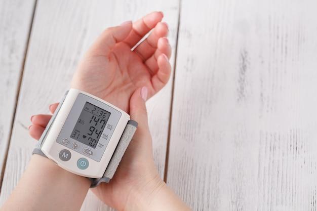 La donna misura la pressione sanguigna