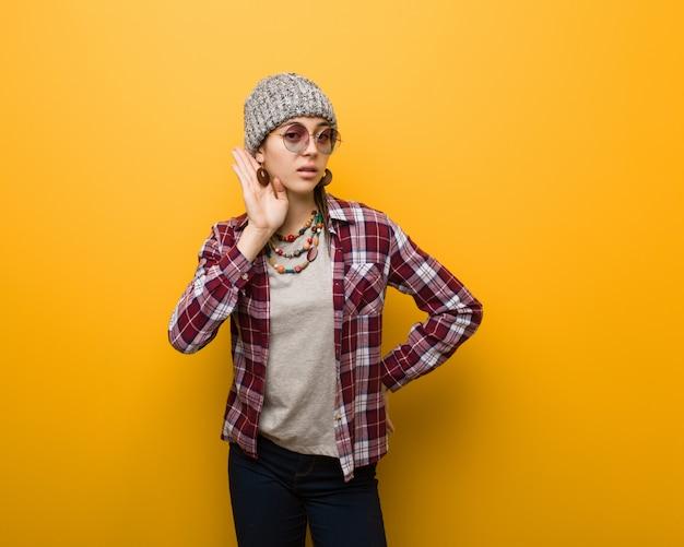 La donna naturale del giovane hippy prova ad ascoltare un gossip