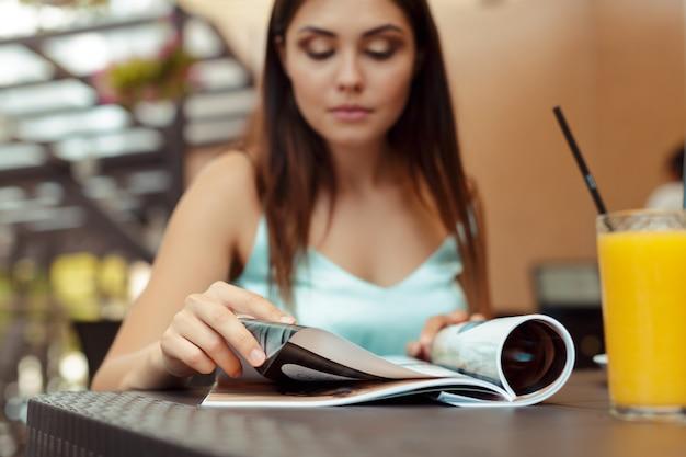 La donna nel caffè si siede a un tavolo