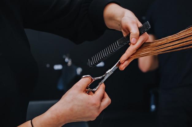 La donna nel salone di parrucchiere fa lo stile di capelli