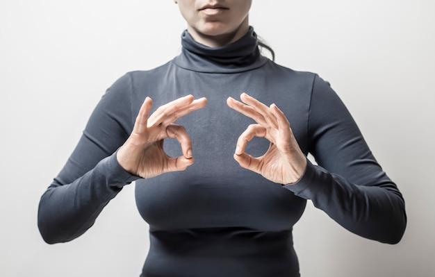 La donna parla le persone sorde del linguaggio dei segni.