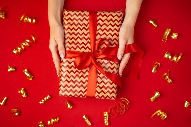 La donna passa il contenitore di regalo della tenuta