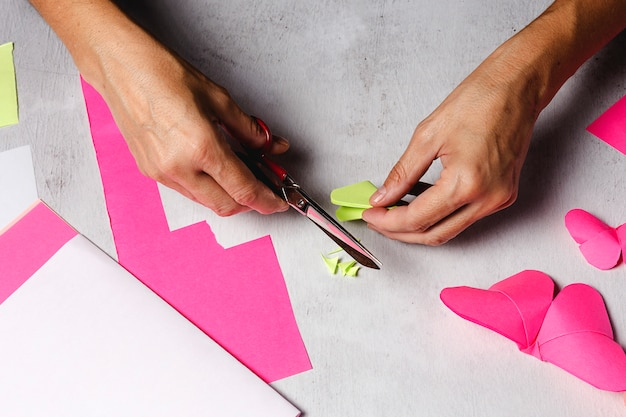 La donna passa la fabbricazione degli animali di origami da carta