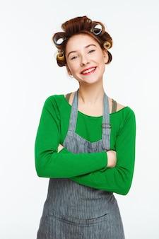 La donna piacevole pulisce mentre compone e sorride posando con le mani