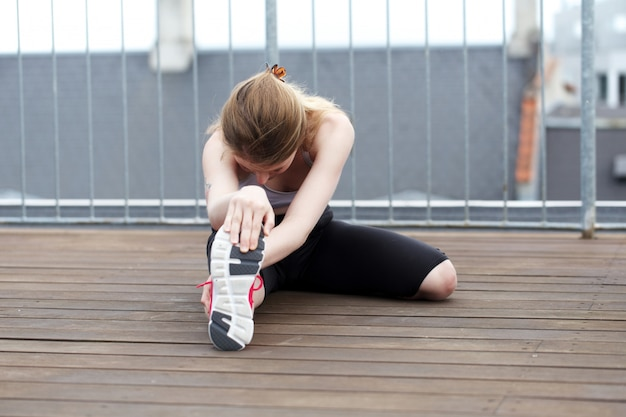 La donna pilates esercita la forma fisica