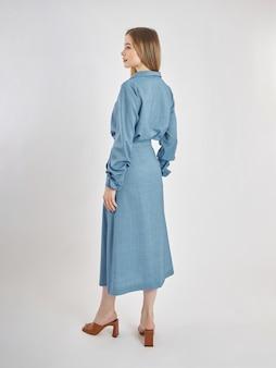 La donna posa in una nuova collezione di abiti estivi. ragazza di successo