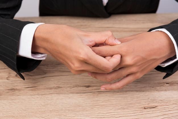 La donna posò le braccia sulla scrivania e prese il suo dito.