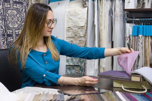 La donna possiede un negozio di tessuti per interni