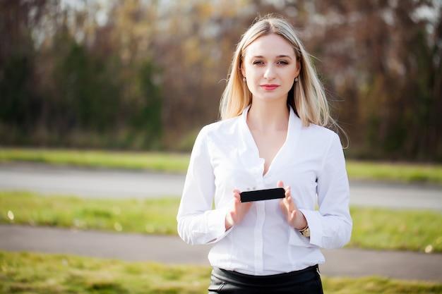 La donna presenta un nuovo prodotto tecnologico