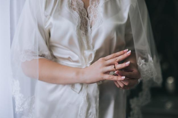 La donna prova il suo bellissimo anello