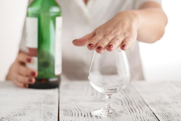 La donna rifiuta di bere alcolici
