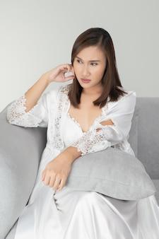 La donna seduta insonne sul suo divano nel cuore della notte