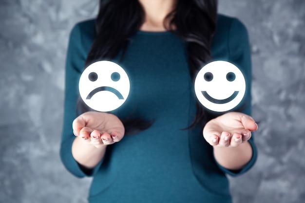 La donna seleziona felice sulla valutazione della soddisfazione sullo schermo