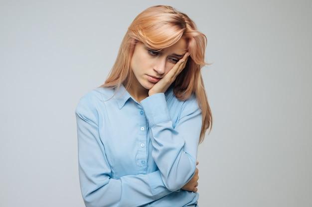 La donna sente apatia, noia, pigrizia o malinconia