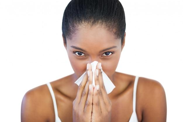 La donna seria ha il raffreddore