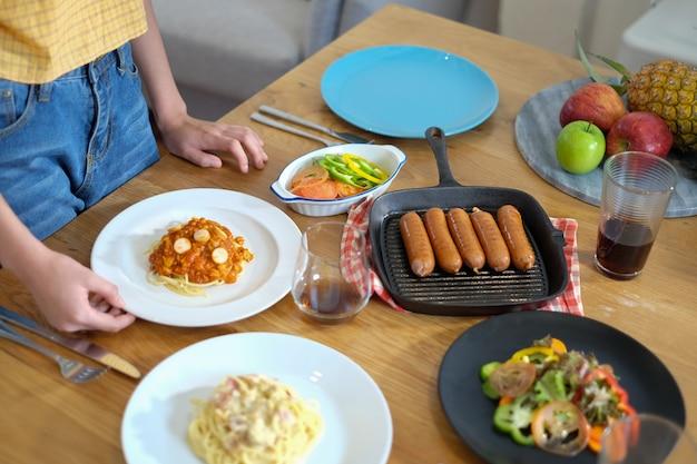 La donna serve e prepara il cibo per un pasto o una festa