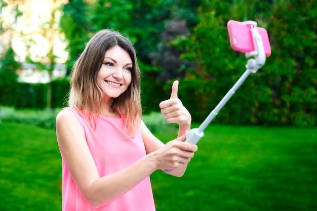 La donna si congratula con il collega sul cellulare e invia felice messaggio video