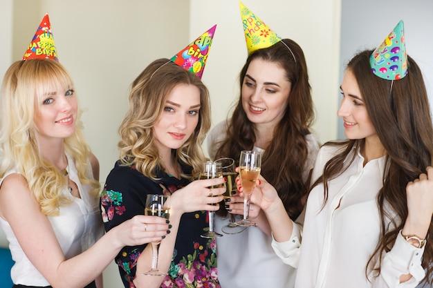 La donna si congratula con un amico per il suo compleanno.