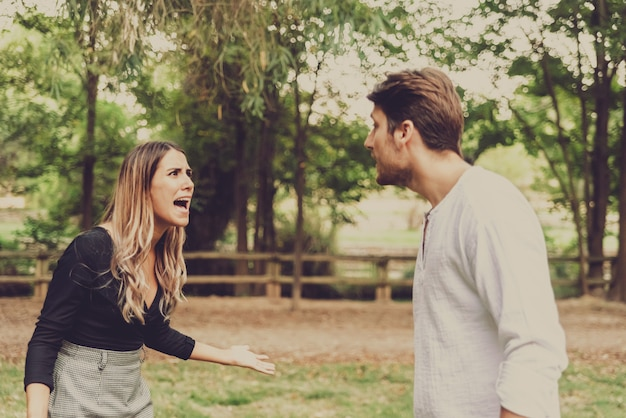 La donna si difende urlando contro un uomo che la molesta in un parco.