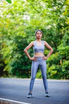 La donna si esercita felicemente per una buona salute