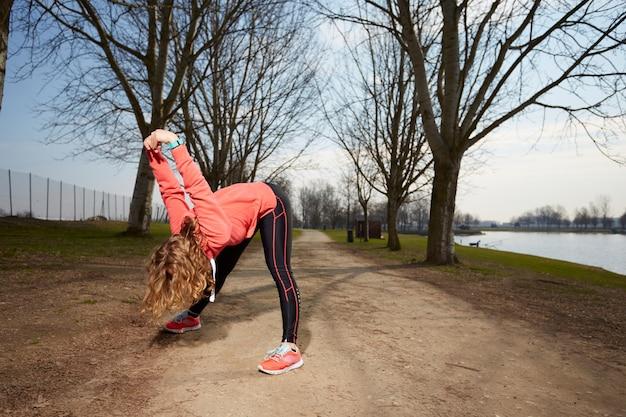 La donna si esercita in all'aperto