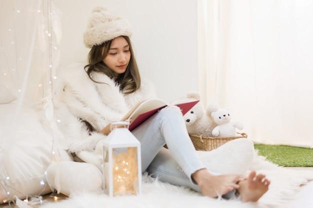 La donna si rilassa in casa durante le vacanze di natale