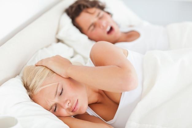 La donna si risveglia dal russare del suo ragazzo