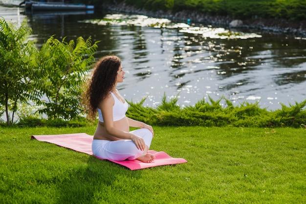 La donna si siede nella posizione del loto.