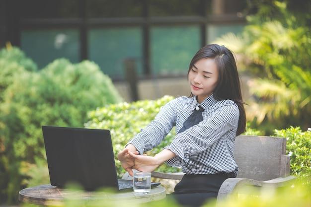 La donna soffre di affaticamento dal lavoro.