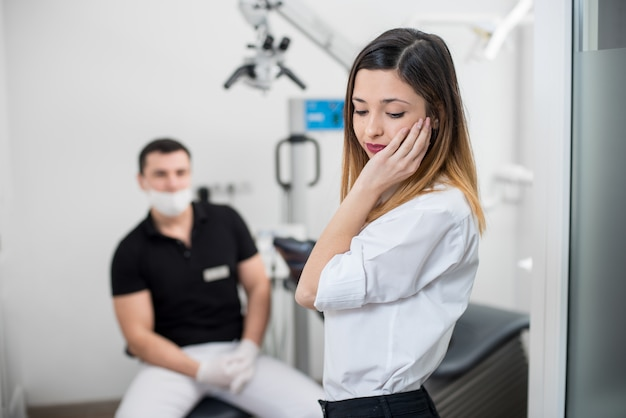 La donna soffre di dolore ai denti