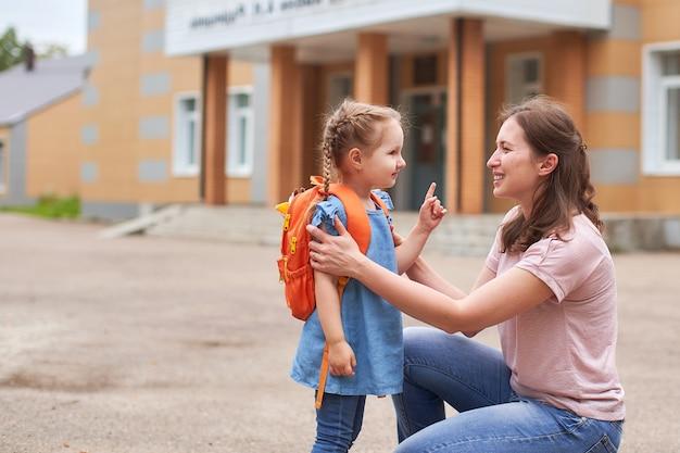 La donna sostiene moralmente la figlia tenendosi per mano incoraggia il bambino.