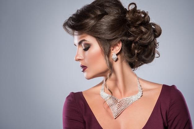 La donna splendida indossa bellissimi gioielli