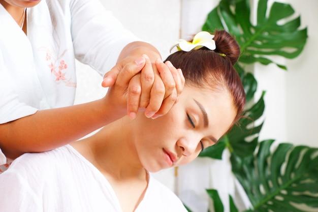 La donna sta avendo massaggio tailandese