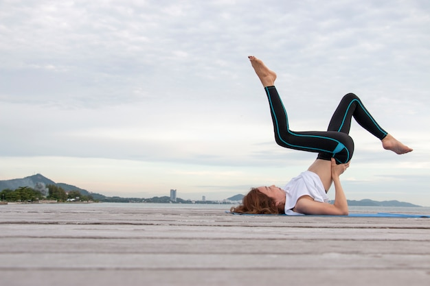La donna sta facendo esercizio yoga
