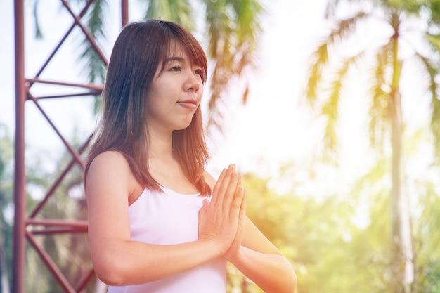 La donna sta facendo meditazione yoga