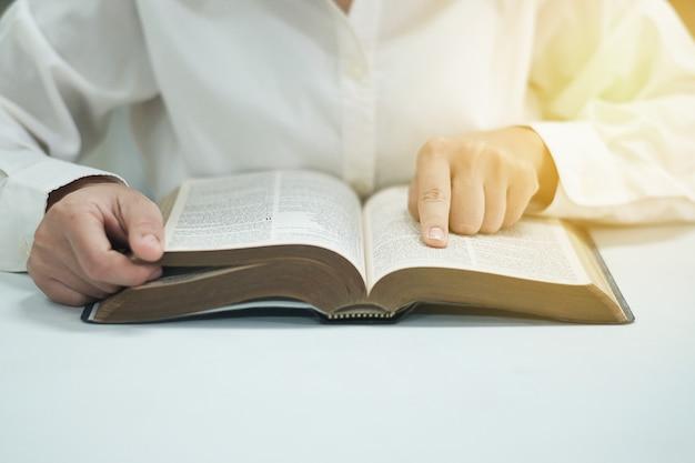 La donna sta leggendo la bibbia.